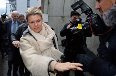 <p>Жена Михаэля Шумахера Коринна пробивается через журналистов в госпиталь. Фото AFP</p>