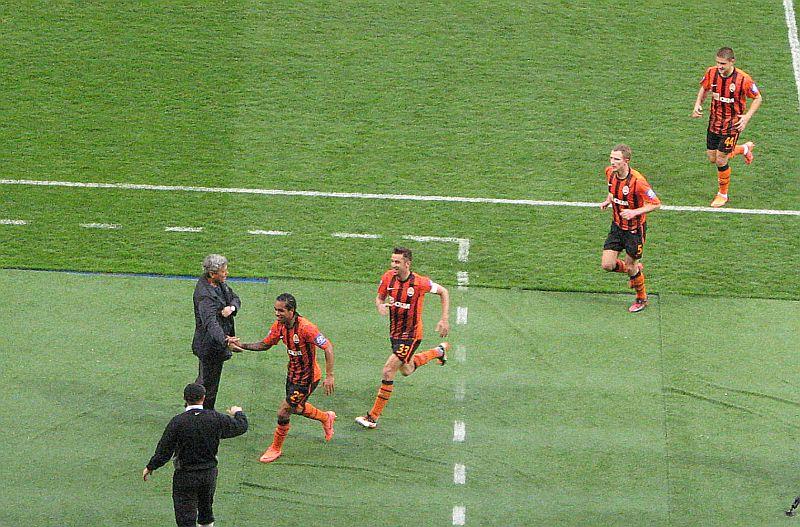 После первого гола. Тейшейра дал пять Мирче Луческу...