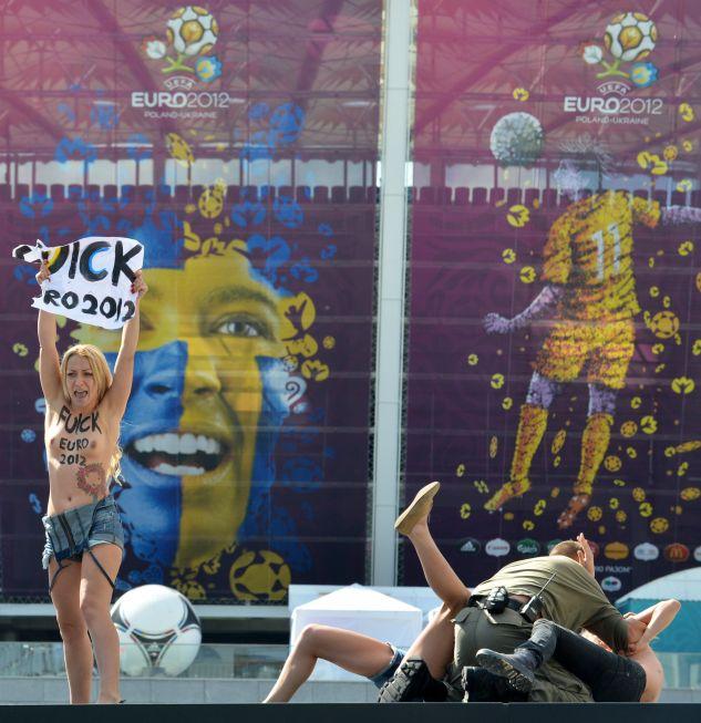 """Девушки из Femen устроили акцию протеста   перед НСК """"Олимпийский"""""""