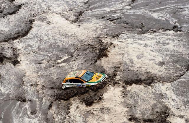 Очередная беда Дакара-2013. Машины поплыли
