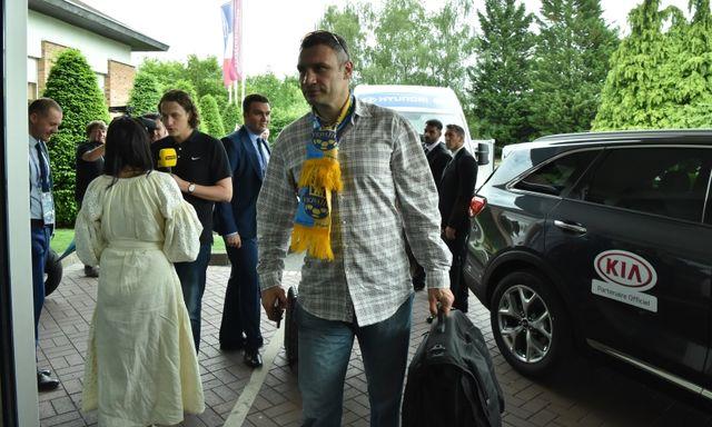 Виталий Кличко поцеловал журналистку вответ навопрос о собственной супруге